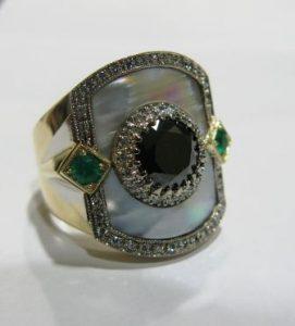 Žiedas Nr.1 (iš aukso, su perlamutru, puoštas juodu briliantu ir smaragdais)