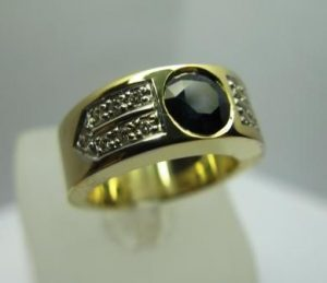 Žiedas Nr.10 (iš geltono aukso, puoštas juoduoju deimantu ir briliantais)