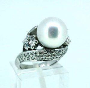 Žiedas Nr.101 (iš balto aukso, su perlu ir briliantais)