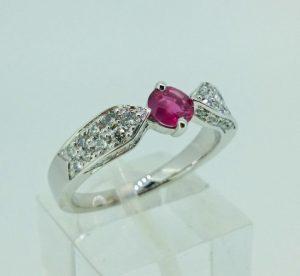 Žiedas Nr.102 (iš balto aukso, puoštas rubinu ir briliantais)