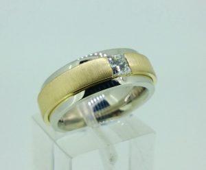 Žiedas Nr.103 (platus,iš balto ir geltono aukso, su deimantu)