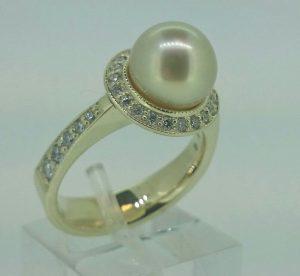 Žiedas Nr.104 ( iš aukso, su geltonuoju perlu ir briliantais)
