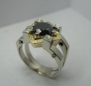 Žiedas Nr.11(iš balto aukoso, puoštas geltonu auksu ir juodu briliantu)