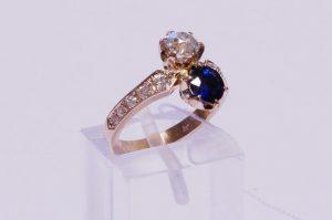 Žiedas Nr.110 (iš rožinio aukso, puoštas safyru ir briliantais)