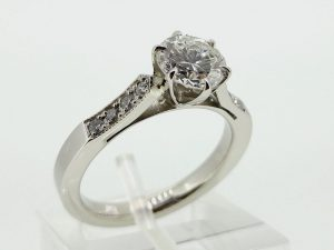 Žiedas Nr.113 (iš balto arba kitos spalvos aukso,puoštas brangakmeniais)