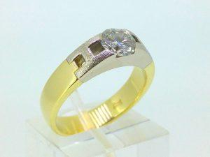 Žiedas Nr.114 (iš geltono su baltu aukso, puoštas brangakmeniu)