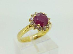 Žiedas Nr.121 (iš geltono, raudono arba balto aukso, su rubinu ir briliantais)