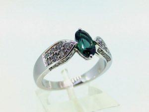 Žiedas Nr.126 (iš balto aukso, puoštas aleksandritu ir briliantais)