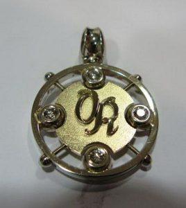 Pakabukas Nr.12 (iš aukso, su monograma, puoštas briliantais)
