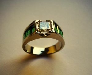 Žiedas Nr.14 (iš geltono aukso, su smaragdais ir kvadratiniu deimantu)