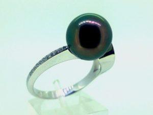 Žiedas Nr. 144 (su juodu perlu, iš balto aukso, puoštas briliantais)