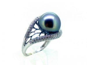 Žiedas Nr. 146 (su perlu, iš briliantais puošto balto aukso)