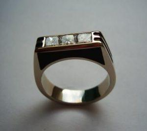 Žiedas Nr.15 (iš balto aukso, su emale, puoštas kvadratiniais deimantais)