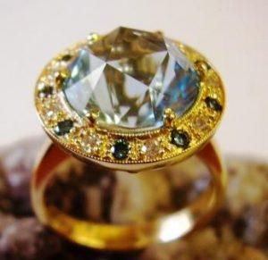 Žiedas Nr.15 (iš geltono aukso, su žydruoju topazu ir mėlynais briliantais)