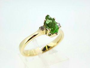 Žiedas Nr.151 (iš aukso, su moldavitu ir briliantais)