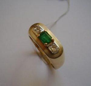 Žiedas Nr.16 (iš geltono aukso, puoštas smaragdu ir kvadratiniais deimantais)