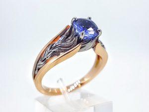 Žiedas Nr.168 ( puoštas safyru, iš dviejų spalvų aukso)