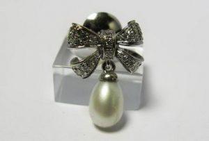 Auskarai Nr.17 (iš platinos arba balto aukso, puošti perlu ir briliantais)