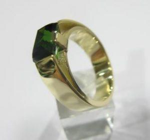 Žiedas Nr.18 (iš geltono aukso, su smaragdu arba kitu akmeniu)