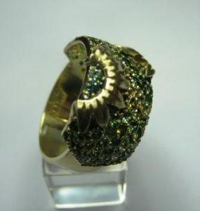 Žiedas Nr.19 (iš aukso, puoštas spalvotais špineliais)