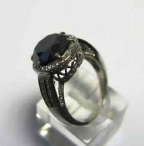 Žiedas Nr.19 (iš balto, geltono arba raudono aukso, su juodu briliantu)