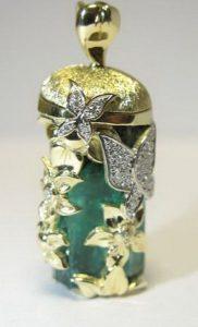Pakabukas Nr.1 (su smaragdu, inkrustuotas auksu ir briliantais)