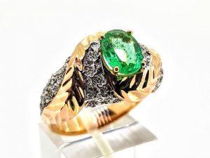 Žiedas Nr.200 (iš raudono ir balto aukso, su smaragdu)