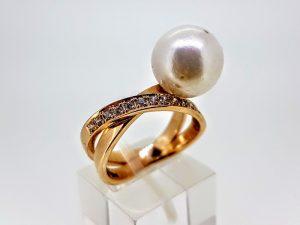 Žiedas su perlu, iš aukso, puoštas cirkonais