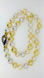 Kaklo papuošalas Nr.20 (jūrinių baltų ir gelsvų perlų vėrinys)