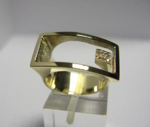 Žiedas Nr.23 (iš geltono aukso, su brangakmeniu arba pusbrangiu akmeniu)