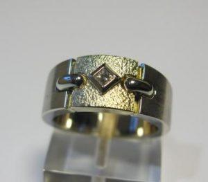 """Žiedas Nr.24 (platus, iš balto aukso, su kvadratiniu deimantu """"princese"""")"""