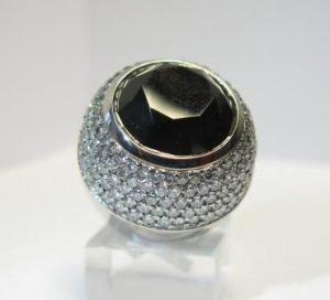 Žiedas Nr.24 (masyvus, iš balto aukso, su juodu deimantu ir baltais briliantais)