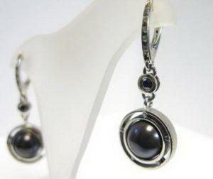 Auskarai Nr.24 (iš platinos arba balto aukso, su juodu perlu ir juodu deimantu)