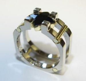 Žiedas Nr.25 (iš platinos, puoštas geltonu auksu, juoduoju deimantu ir briliantais)