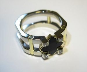 Žiedas Nr.26 (iš platinos, puoštas geltonu auksu, juoduoju deimantu ir briliantais))