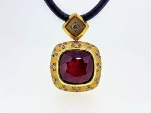 Kaklo papuošalas Nr.26 (iš odos ir aukso, puoštas rubinu, su briliantais)