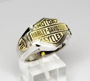 Žiedas Nr.27(iš balto ir geltono aukso, su užrašais ir monograma)