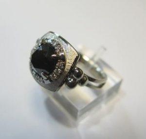 Žiedas Nr.27 (iš platinos arba balto aukso, su juodu briliantu)