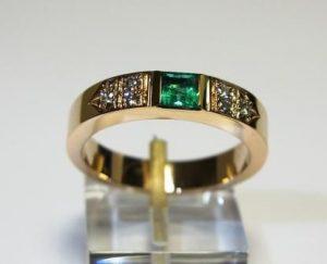 Žiedas Nr.31 (iš raudono aukso, su smaragdu ir briliantais)
