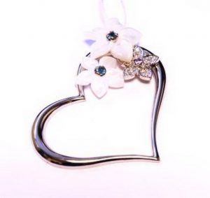 Pakabukas Nr.32 (širdelės formos, iš balto aukso, puoštas perlamutru, safyrais ir briliantais)