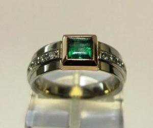 Žiedas Nr.33 (iš geltono arba raudono aukso, su smaragdu ir briliantais)