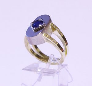 Žiedas Nr.34 (iš platinos ir aukso, puoštas safyru bei briliantais)