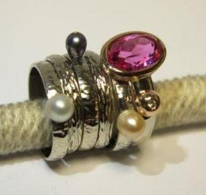 Žiedas Nr.35 (balto aukso, iš atskirų dalių, su kult.perlais, rubinu, briliantais)
