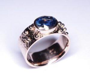Žiedas Nr.36 (platus, iš balto aukso, su safyru arba kt.brangakmeniu)