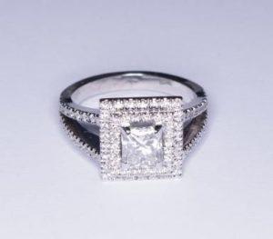 """Žiedas Nr.38 (iš balto aukso, su kvadratiniu deimantu """"princese"""" ir apvaliais briliantais)"""