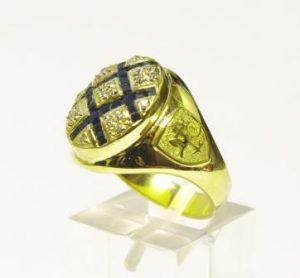 Žiedas Nr.39 (iš geltono aukso,puoštas safyrais,briliantais ir monograma)