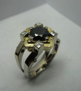 Žiedas Nr.4 (iš geltono ir balto aukso, puoštas juoduoju deimantu)