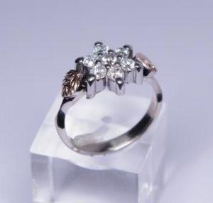 Žiedas Nr.43 (iš balto aukso, puoštas raudonu auksu ir briliantais)