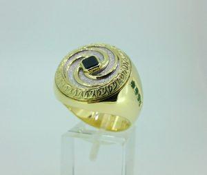 Vyriškas žiedas Nr.44 (iš geltono ir balto aukso, puoštas safyrais)