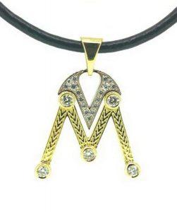 Pakabukas Nr.45 (iš geltono ir balto aukso, su šeimos monograma, puoštas brangakmeniais)